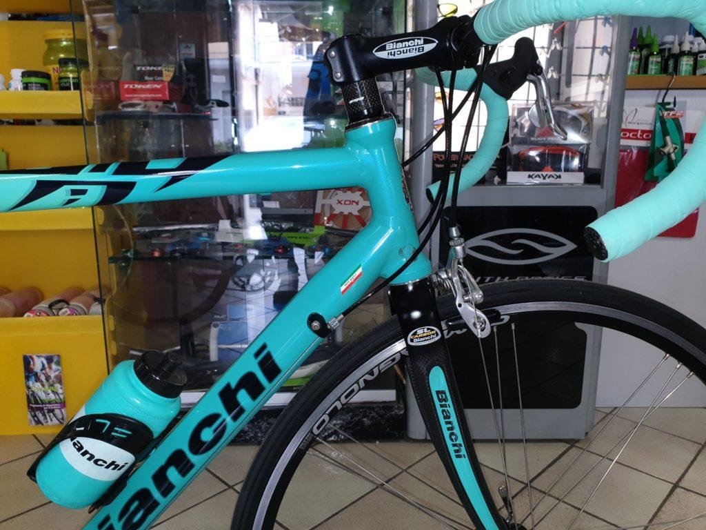 bicicletta corsa bianchi telaio in alluminio e forcella in carbonio